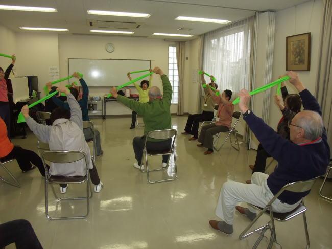 セラバンドを使った健康体操(北一社コミュニティセンターにて)